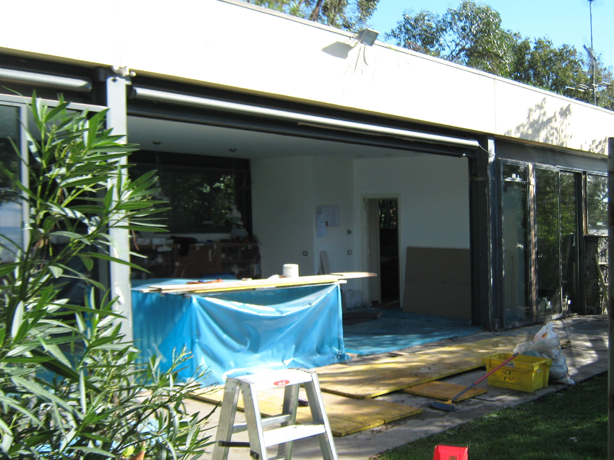 1. Allestimento cantiere per installazione pareti vetrate del prospetto villa lato mare: lavori in corso.