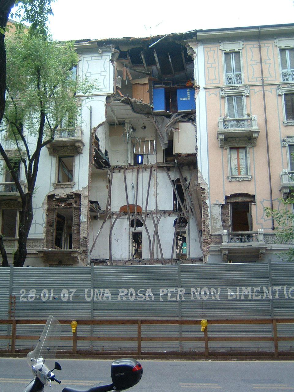 1. Condominio in via Lomellina con crollo dei pavimenti interpiano, partizioni verticali e sottotetto: stato di fatto.