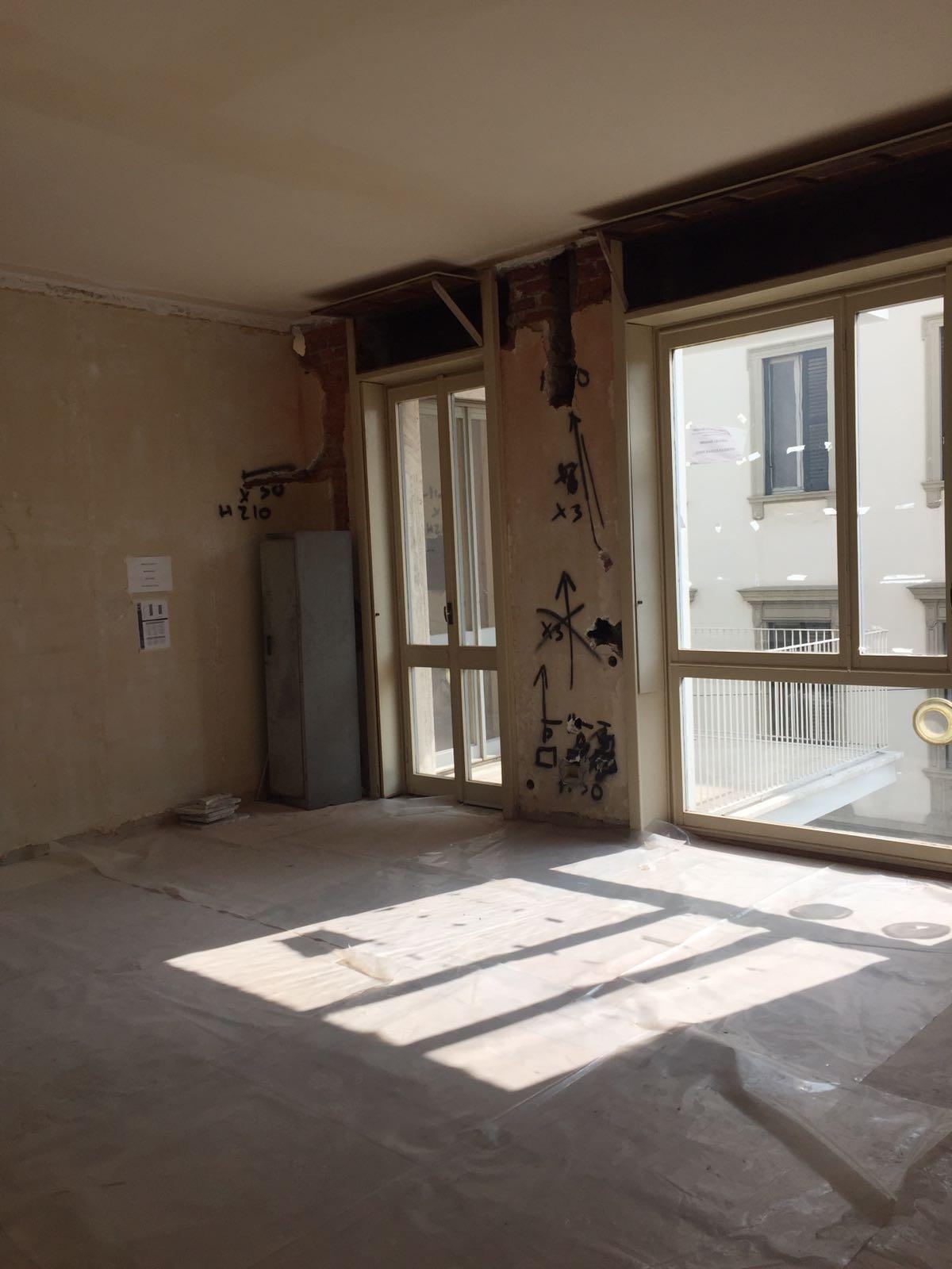 1. Allestimento cantiere con protezione dei pavimenti esistenti con l'ausilio di telo plastico e tracciamenti impianto elettrico a parete: lavori in corso.