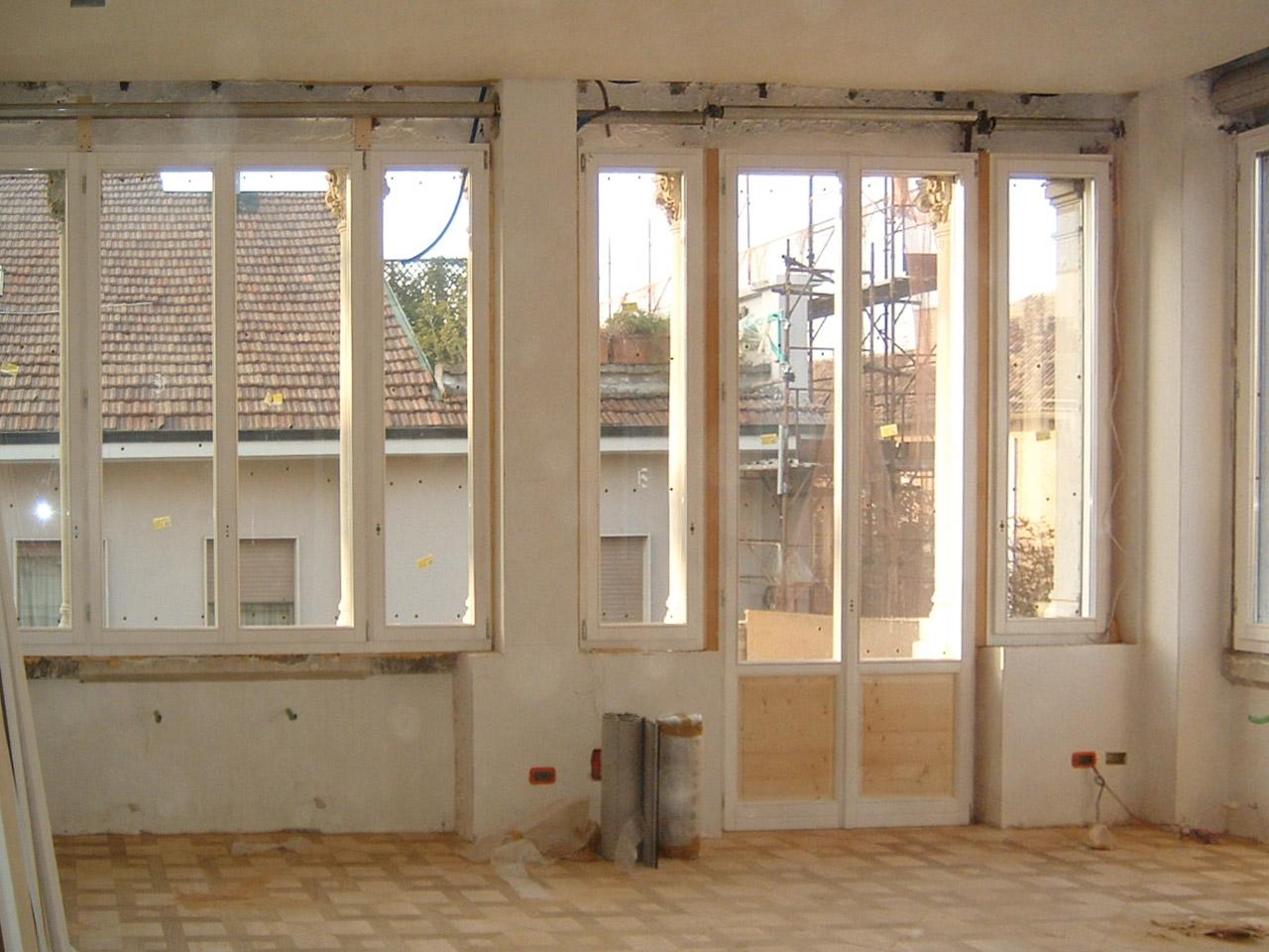 1. Restauro serramenti in legno laccato e vetro con integrata boiserie: lavori in corso.