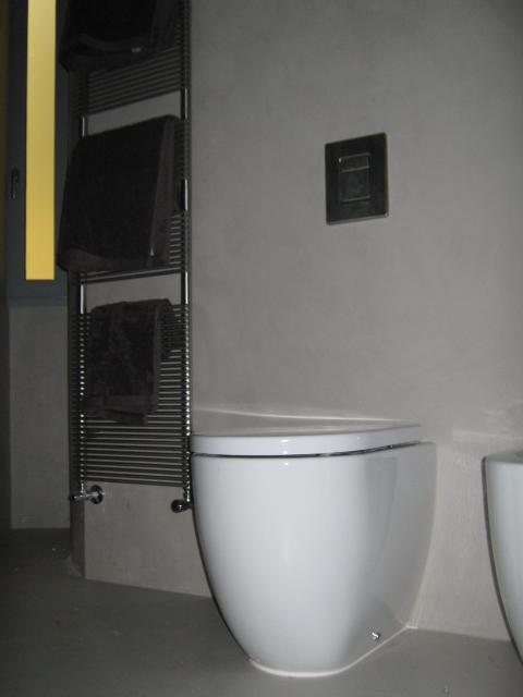 1. Sala da bagno con pavimento e rivestimento in resina Keracoll, sanitari Ceramica Catalano: lavori ultimati.