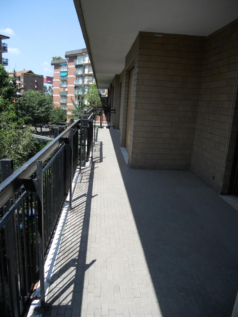 1. Pavimentazione terrazzo e soglie in travertino chiaro stuccate a resina: stato di fatto.