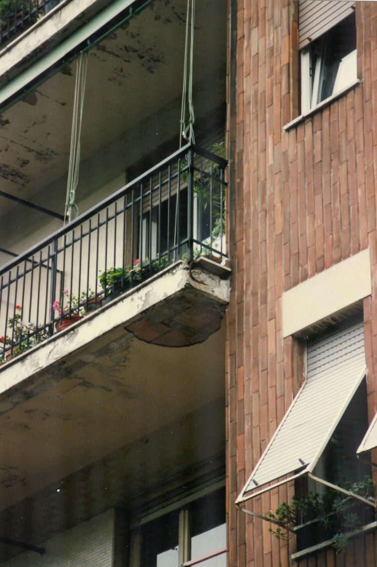 1. Solaio balconi in laterocemento con finitura intonaco degradato per distacco e corrosione armatura: stato di fatto.