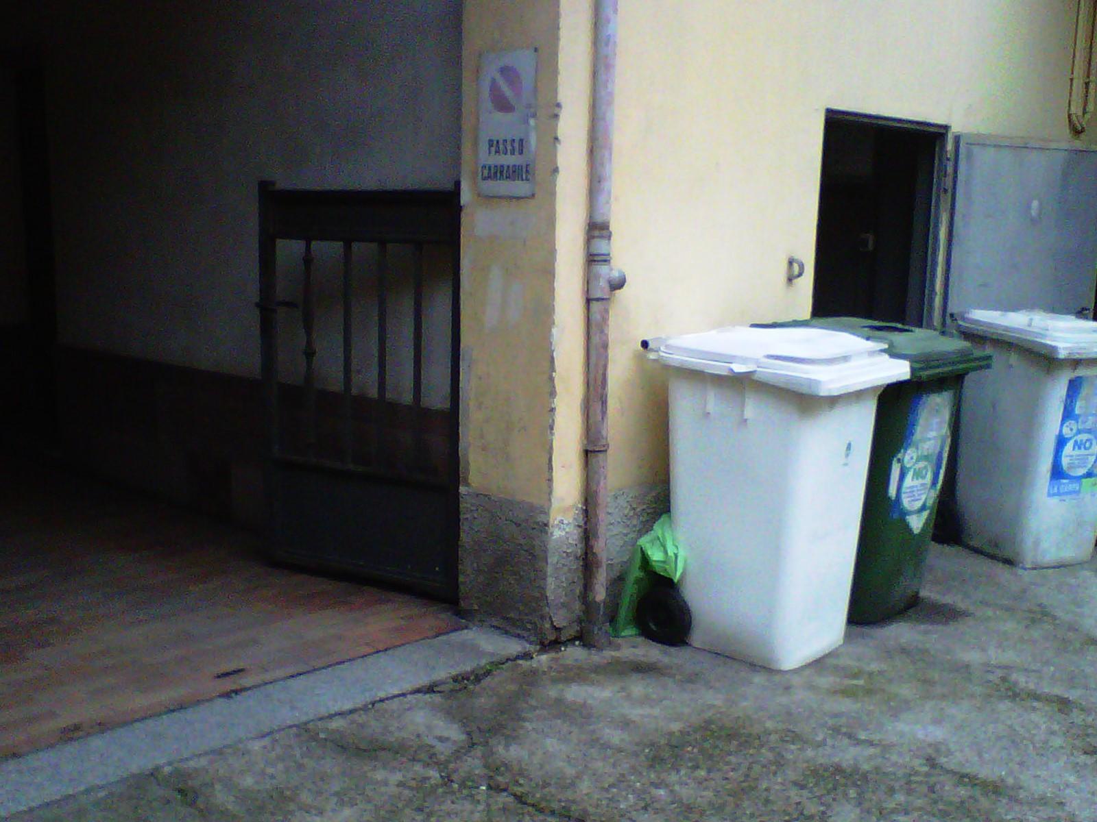 1. Ingresso condominiale con finiture degradate (basamento atrio d'ingresso, intonaci e cortile interno): stato di fatto.