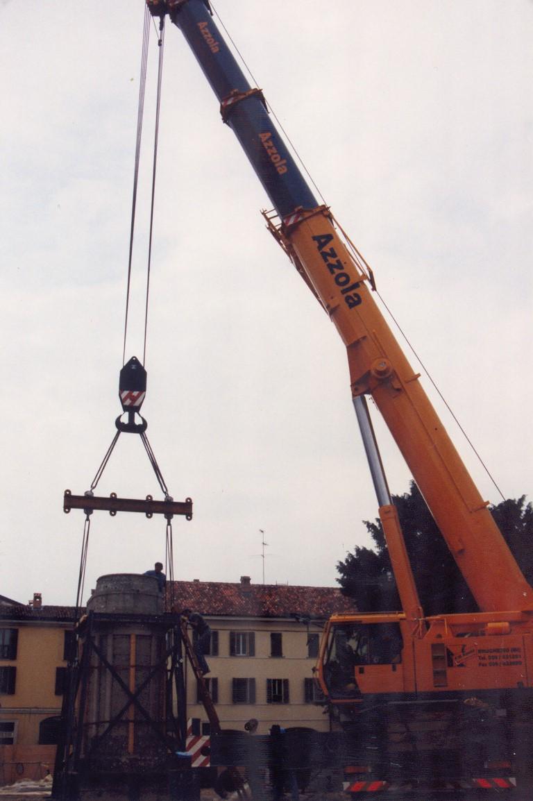 1. Sollevamento monumento commemorativo tramite autogru: lavori in corso.