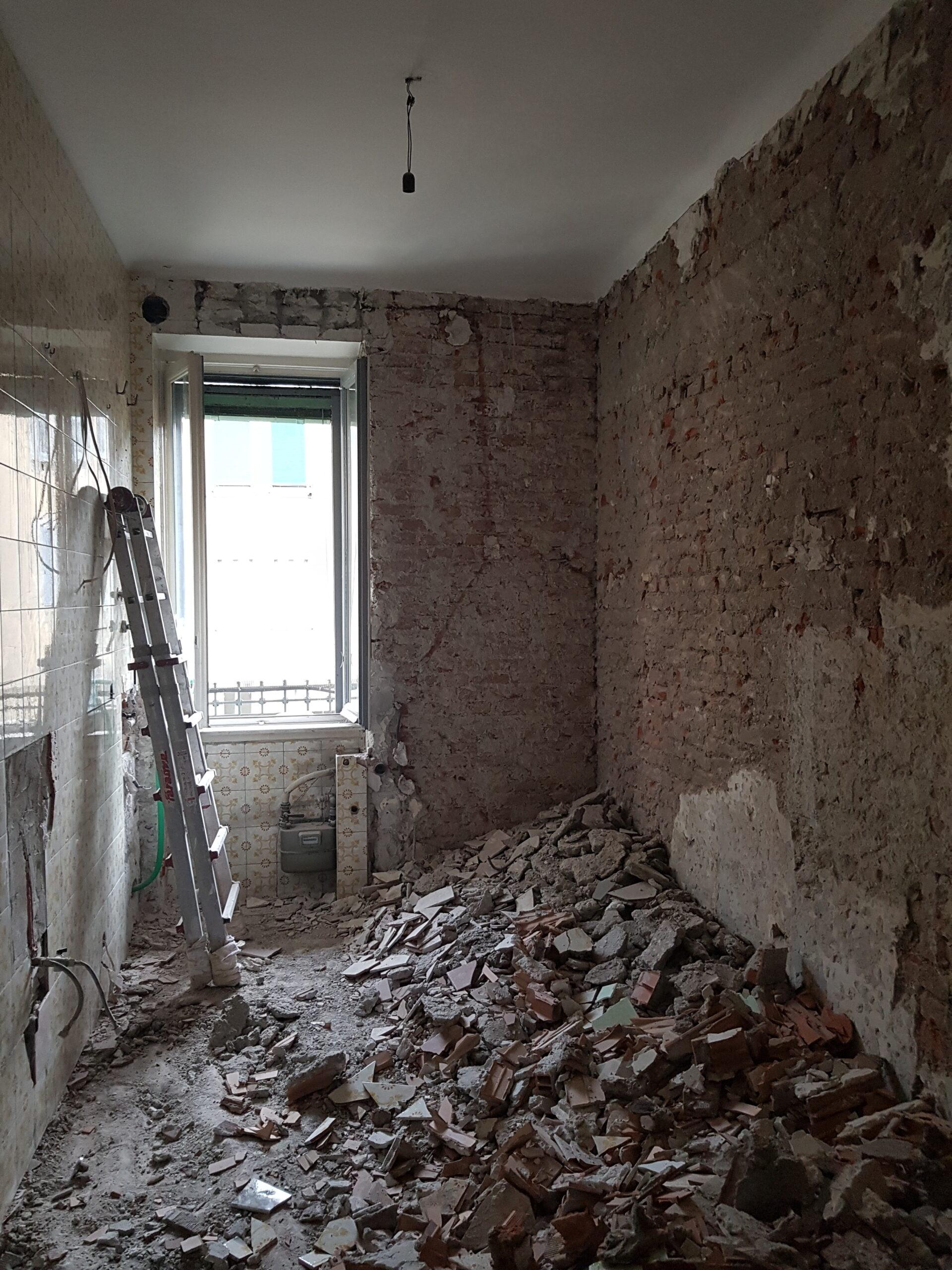 1. Rimozione sanitari e demolizione di rivestimenti piastrelle esistenti: lavori in corso.