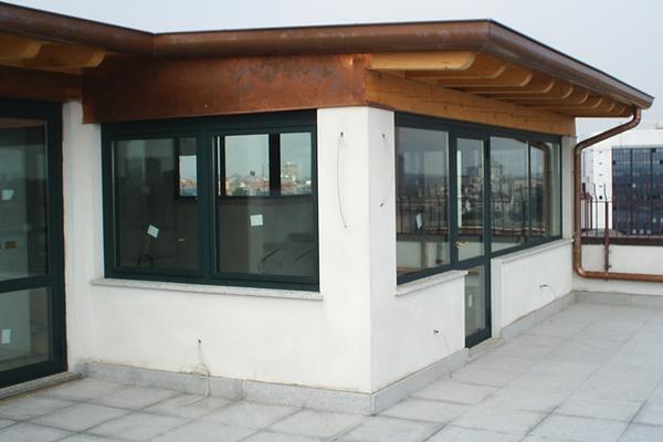 1. Vista esterna veranda, copertura a falde con orditura in legno, passafuori e canale di gronda in rame, pareti con finestre a nastro e ingresso porta vetrato: lavori ultimati.