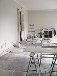 10. Allestimento cantiere con protezione dei pavimenti esistenti e restauro delle ante smontate in legno: lavori in corso.