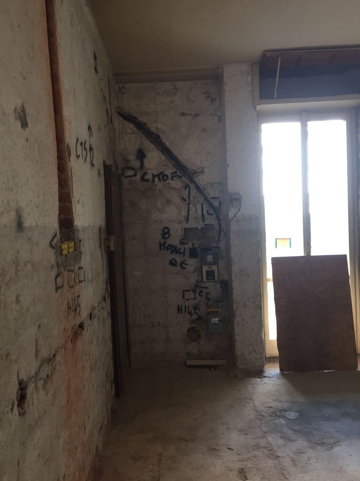 10. Tracciamento impianto elettrico a parete: lavori in corso.