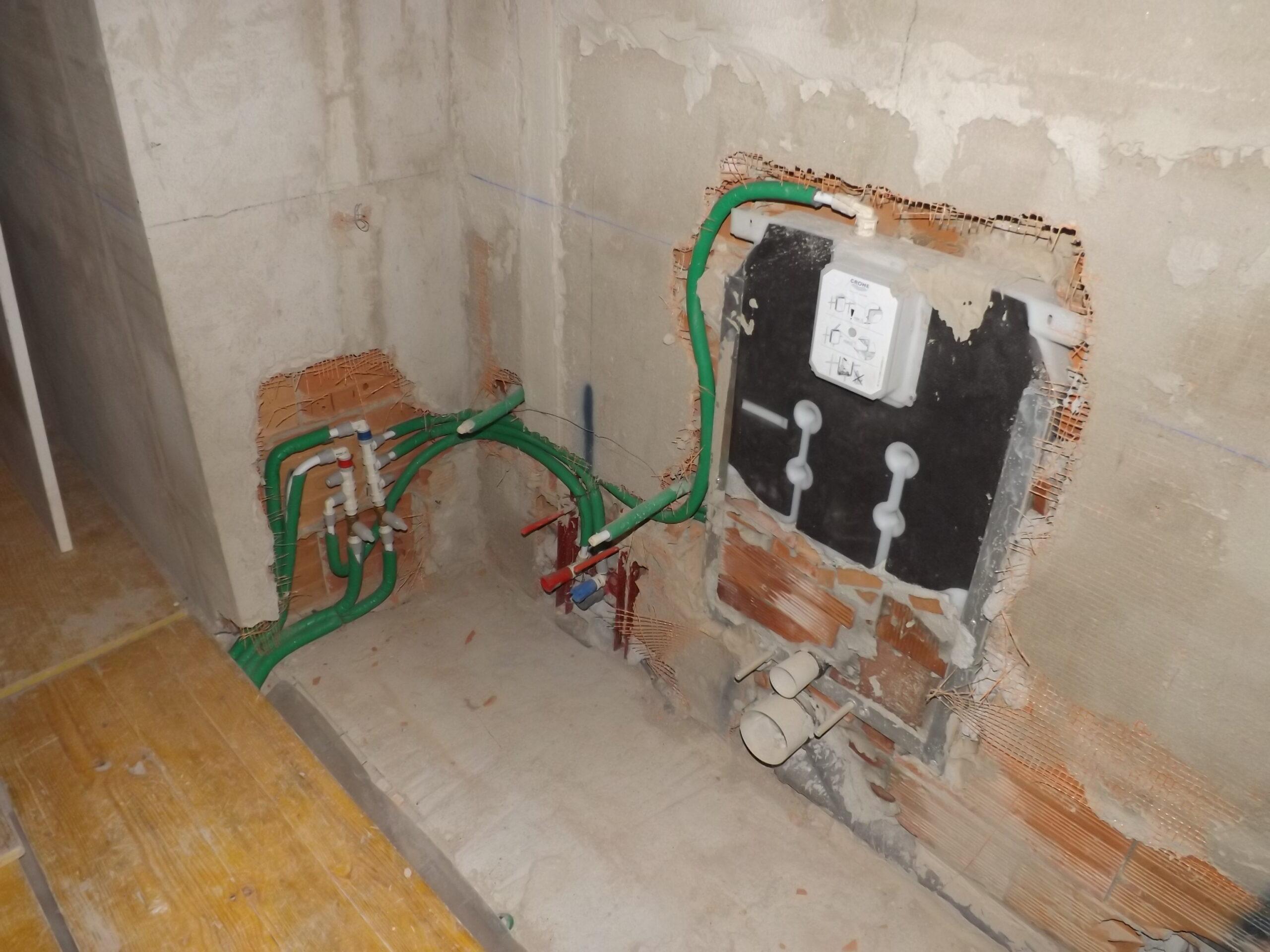 11. Installazione di tubazioni dell'impianto di condizionamento a soffitto: lavori in corso.