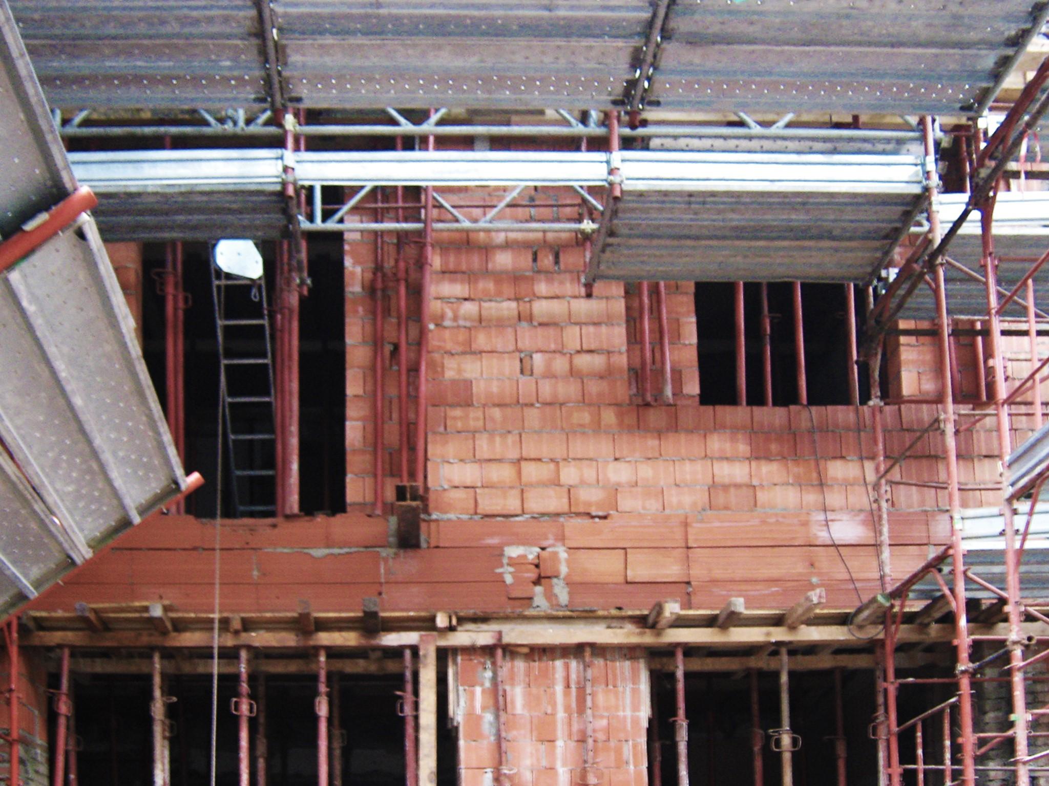 11. Costruzione delle murature in laterizio forato: lavori in corso.