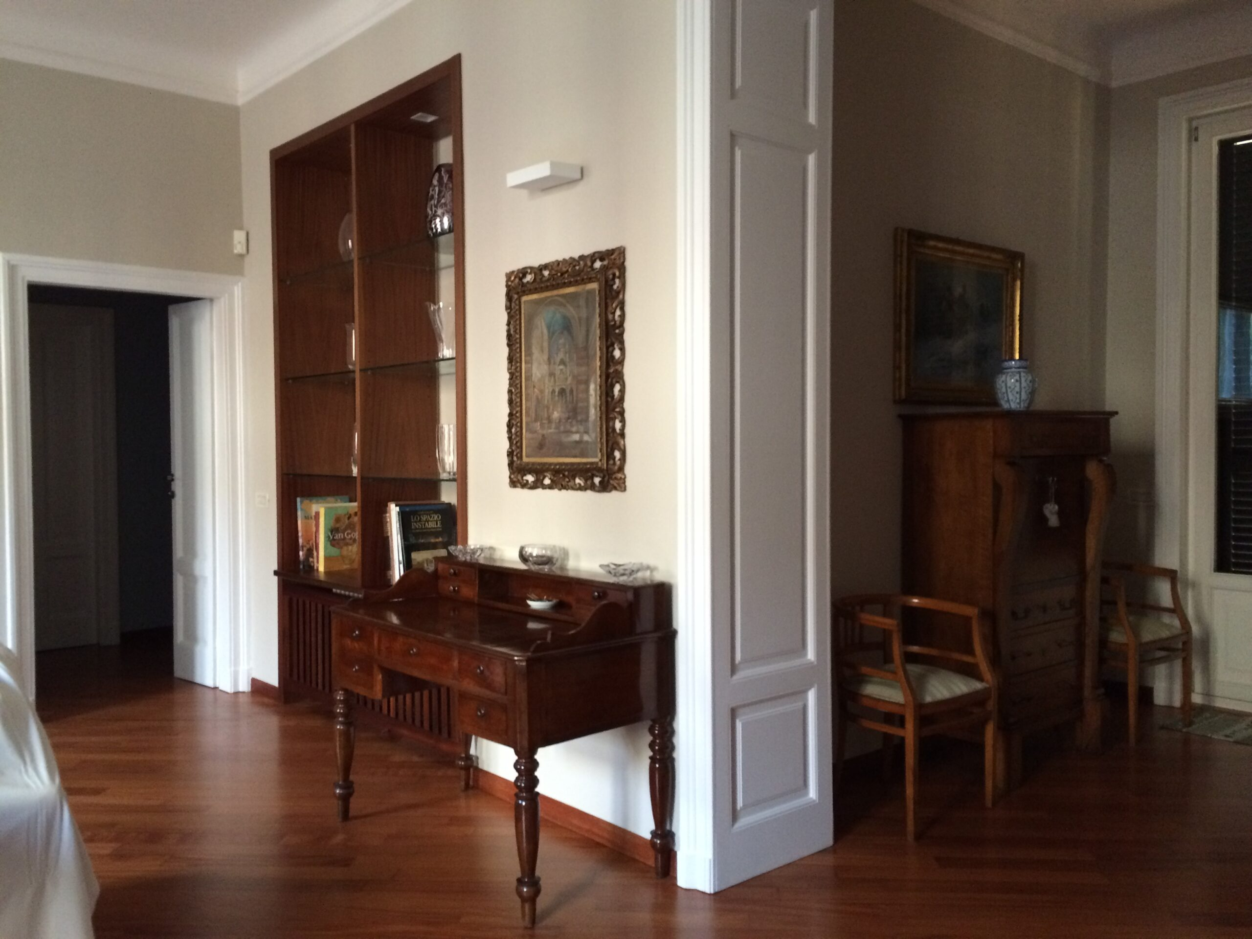 11. Vista interna alloggio con posa di pavimenti in doghe di legno, tinteggiature pareti, illuminazione con applique a parete: lavori ultimati.