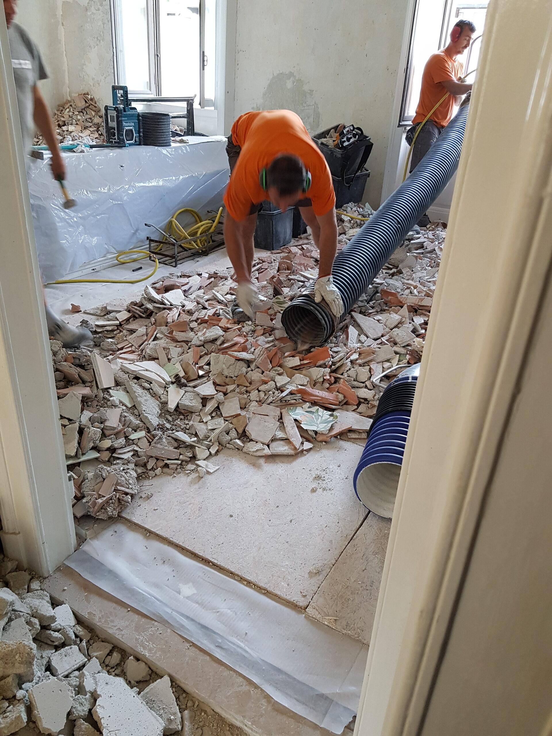 11. Convogliamento manuale di macerie nel tubo di aspirazione e scarico macerie in via Donatello: lavori in corso.