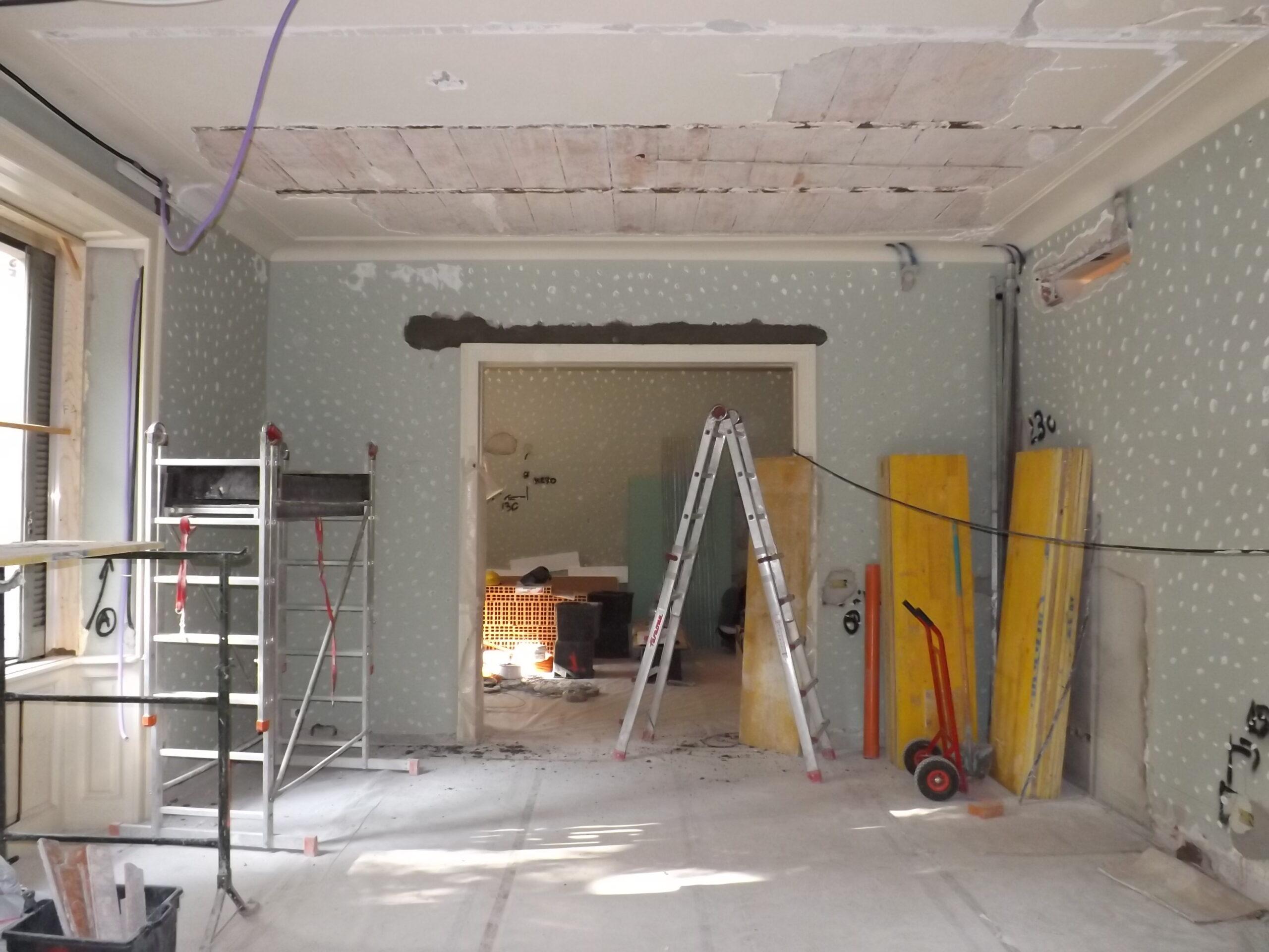 12. Installazione dei sanitari: lavori in corso.