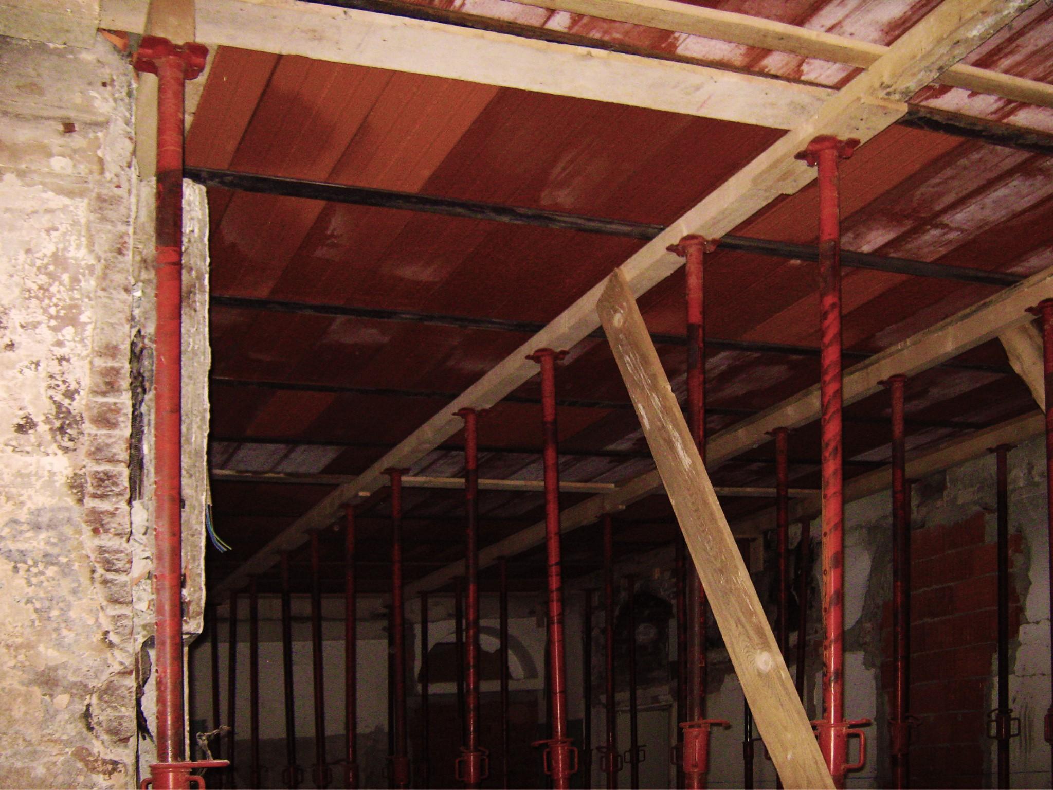 12. Costruzione dei solai in laterocemento con messa in sicurezza tramite puntelli in acciaio: lavori in corso.