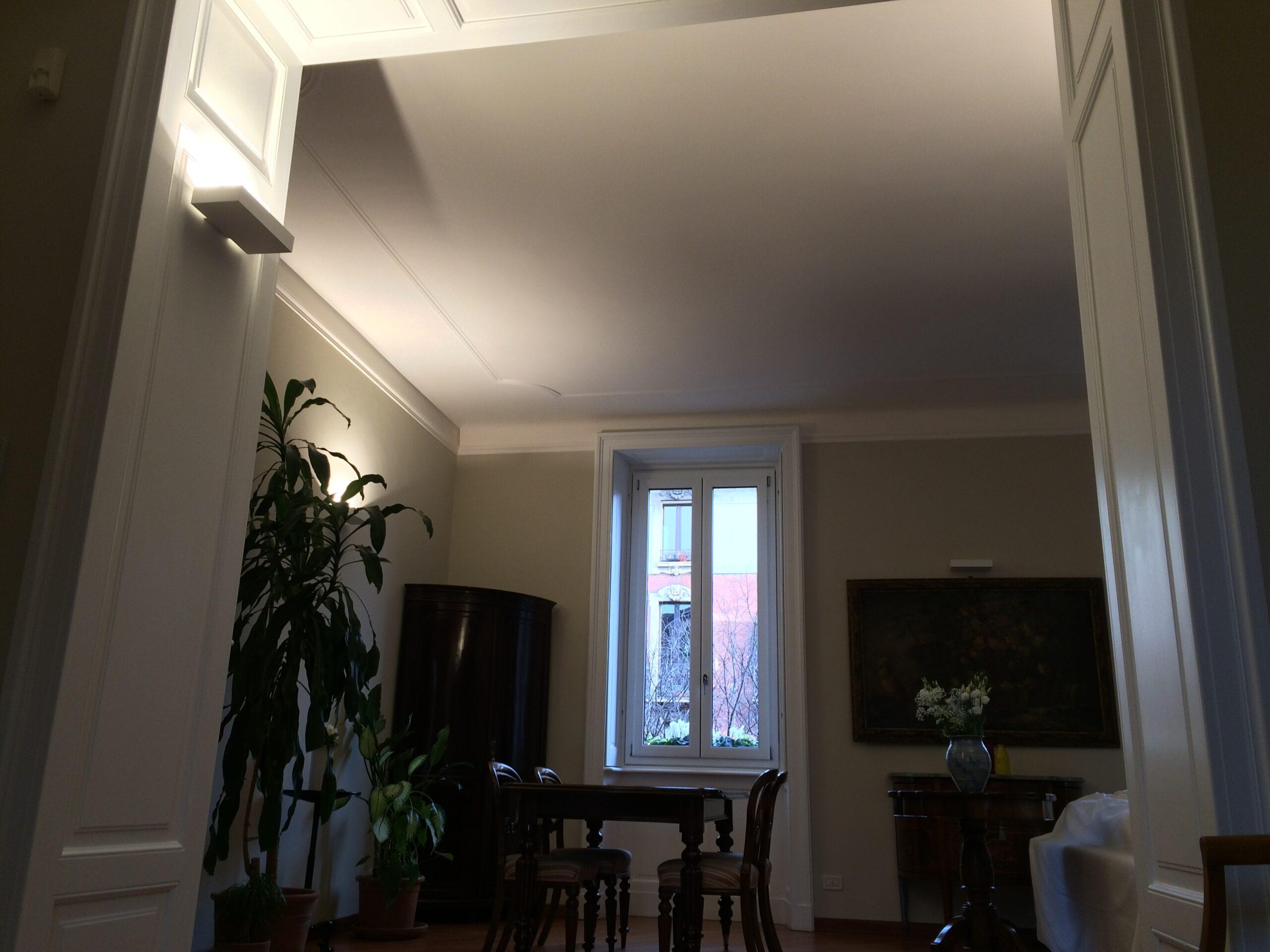 12. Particolare soffitto con decorazioni di gesso in rilievo, illuminazione con applique a parete: lavori ultimati.