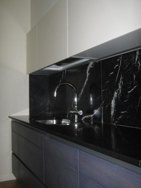 12.Cucina su misura con piano in marmo nero assoluto e rivestimento in marmo nero marquinia lucidato: lavori ultimati.
