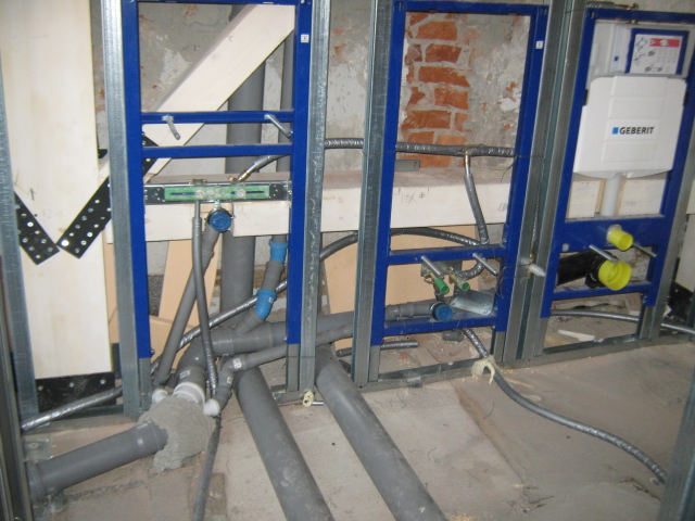 13. Installazione moduli per wc sospesi: lavori in corso.