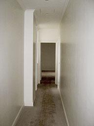 13. Corridoio pavimento in doghe di legno con superficie da trattare e pulire: lavori in corso.