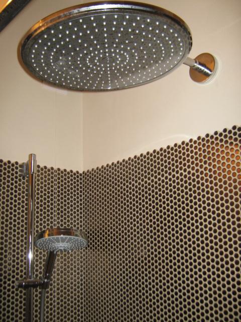 13. Particolare vano doccia realizzato con rubinetteria Grohe, soffione circolare a parete e rivestimento Lea Ceramiche serie Paillettes: lavori ultimati.