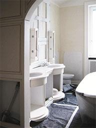 15. Allestimento cantiere per montaggio di arredi della sala da bagno: lavori in corso.