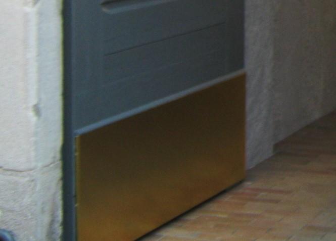 15. Particolare portone di accesso condominiale in legno rifinito con zoccolo in ottone: lavori ultimati.