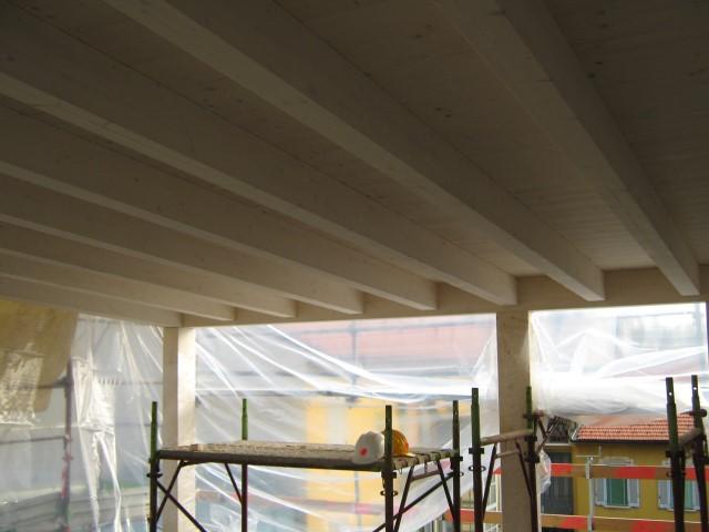 16. Vista interna con struttura portante e copertura in travi in legno di abete rosso sbiancato: lavori ultimati.