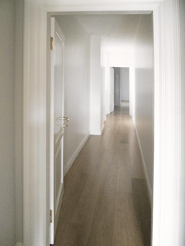 16. Corridoio pavimento in doghe di legno con superficie lamata e pulita: lavori ultimati.