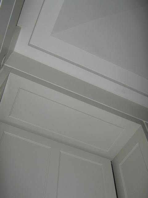 16. Particolare imbotte serramento in legno laccato e soffitto con cornice in gesso: lavori ultimati.