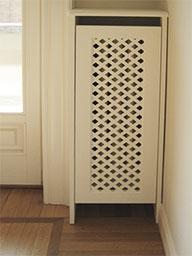 17. Copricalorifero in legno laccato a mano e imbotte porta interno con bugna pennellata a mano: lavori ultimati.