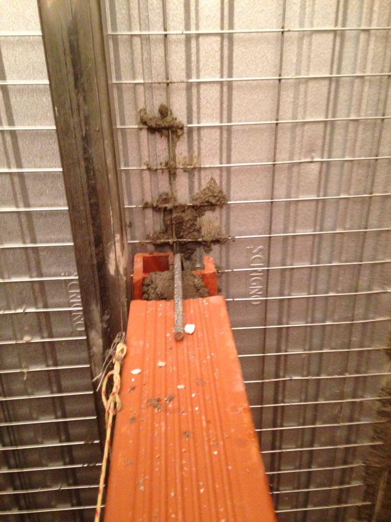 4. Tracciamento a parete corridoio di impianto elettrico: lavori in corso.