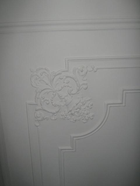 17. Restauro e riproduzione con stampo in resina di cornice  soffitto in gesso del 1920: lavori ultimati.
