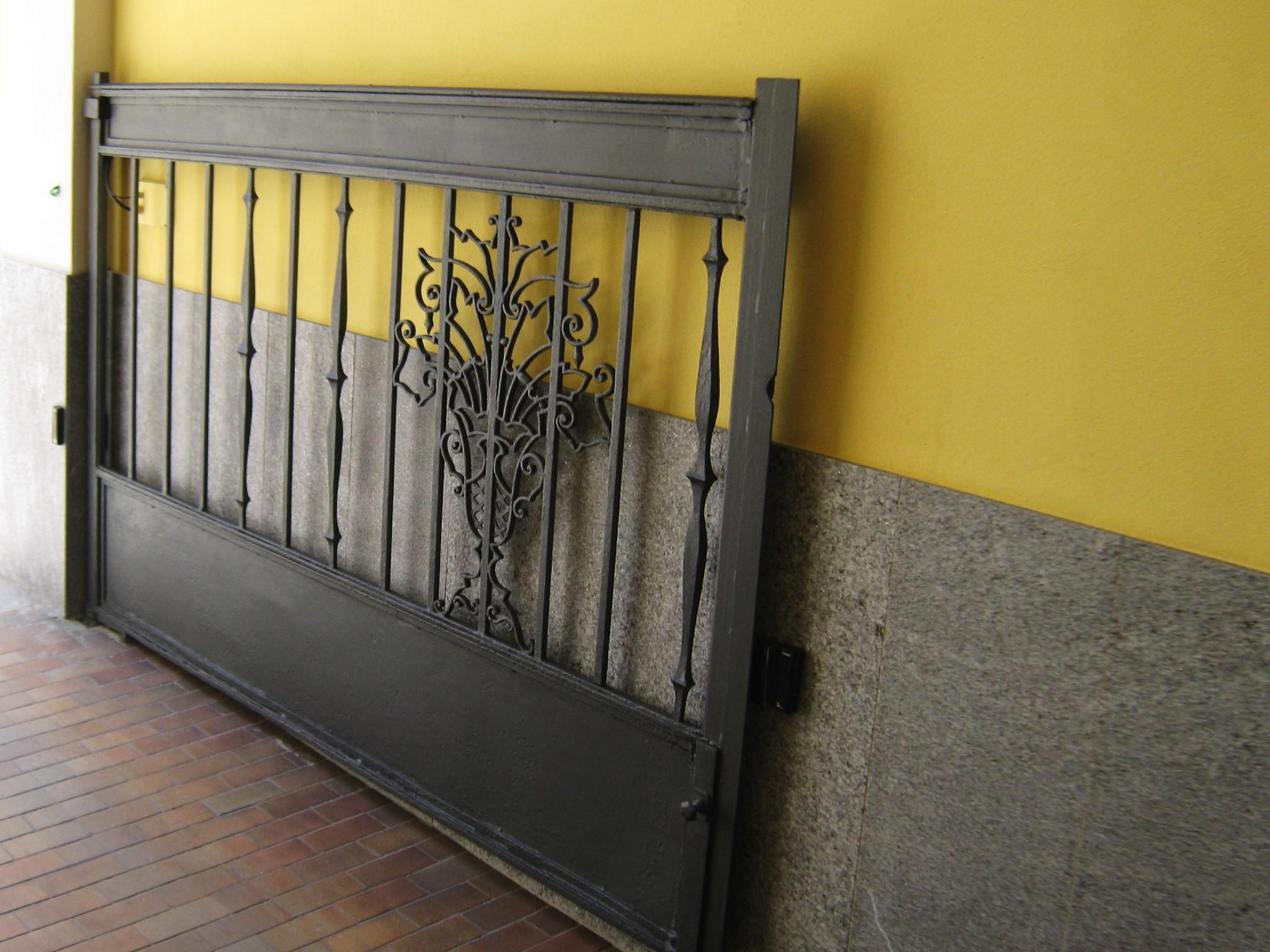 17. Particolare cancello in ferro battuto: lavori ultimati.