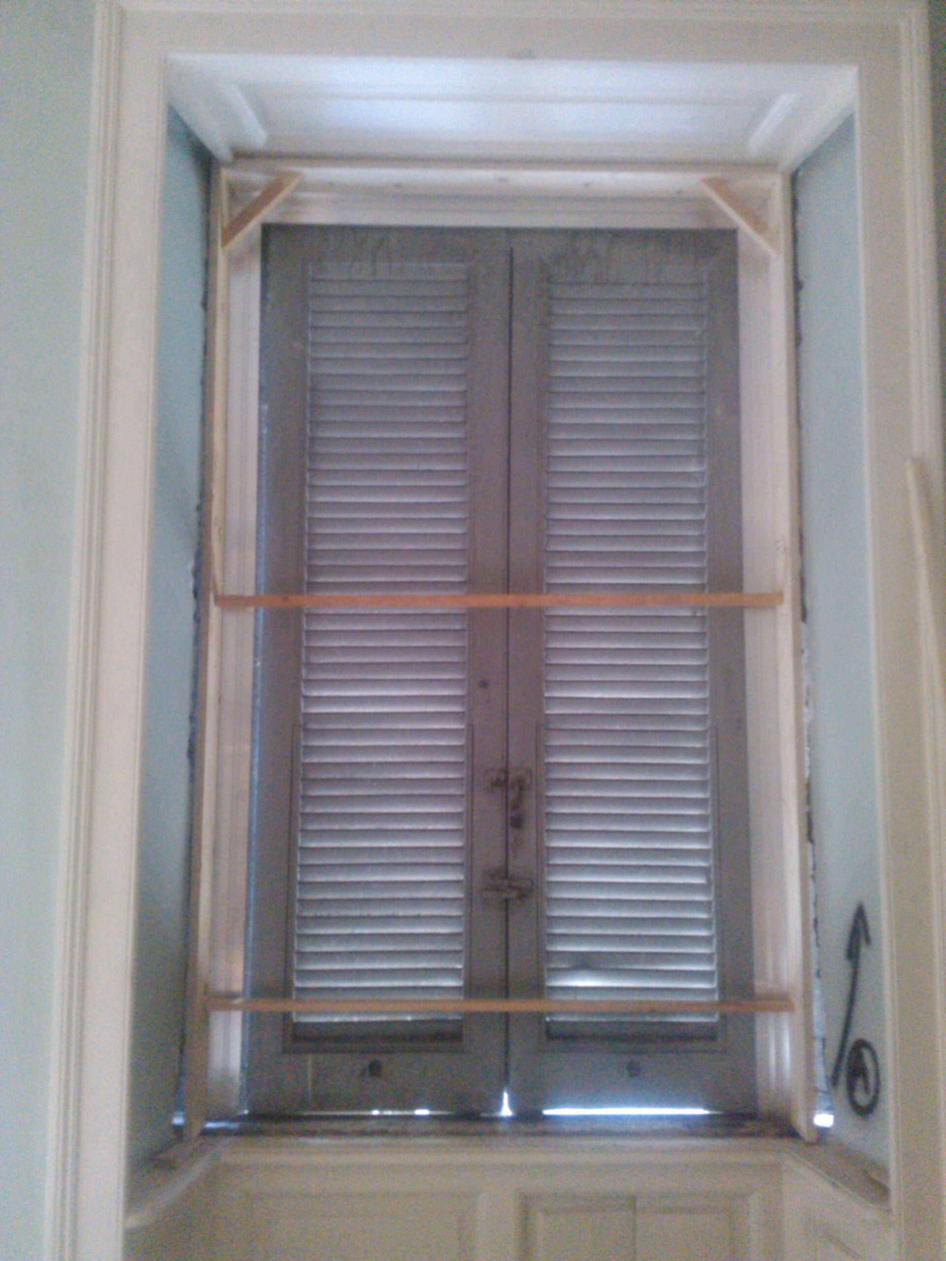 18. Installazione di telai infissi serramenti: lavori in corso.