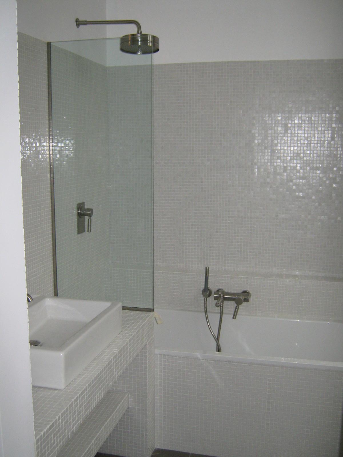 18. Installazione arredo sanitario doccia con soffione circolare a parete, miscelatore, doccino, e rivestimento pareti a mosaico: lavori ultimati.