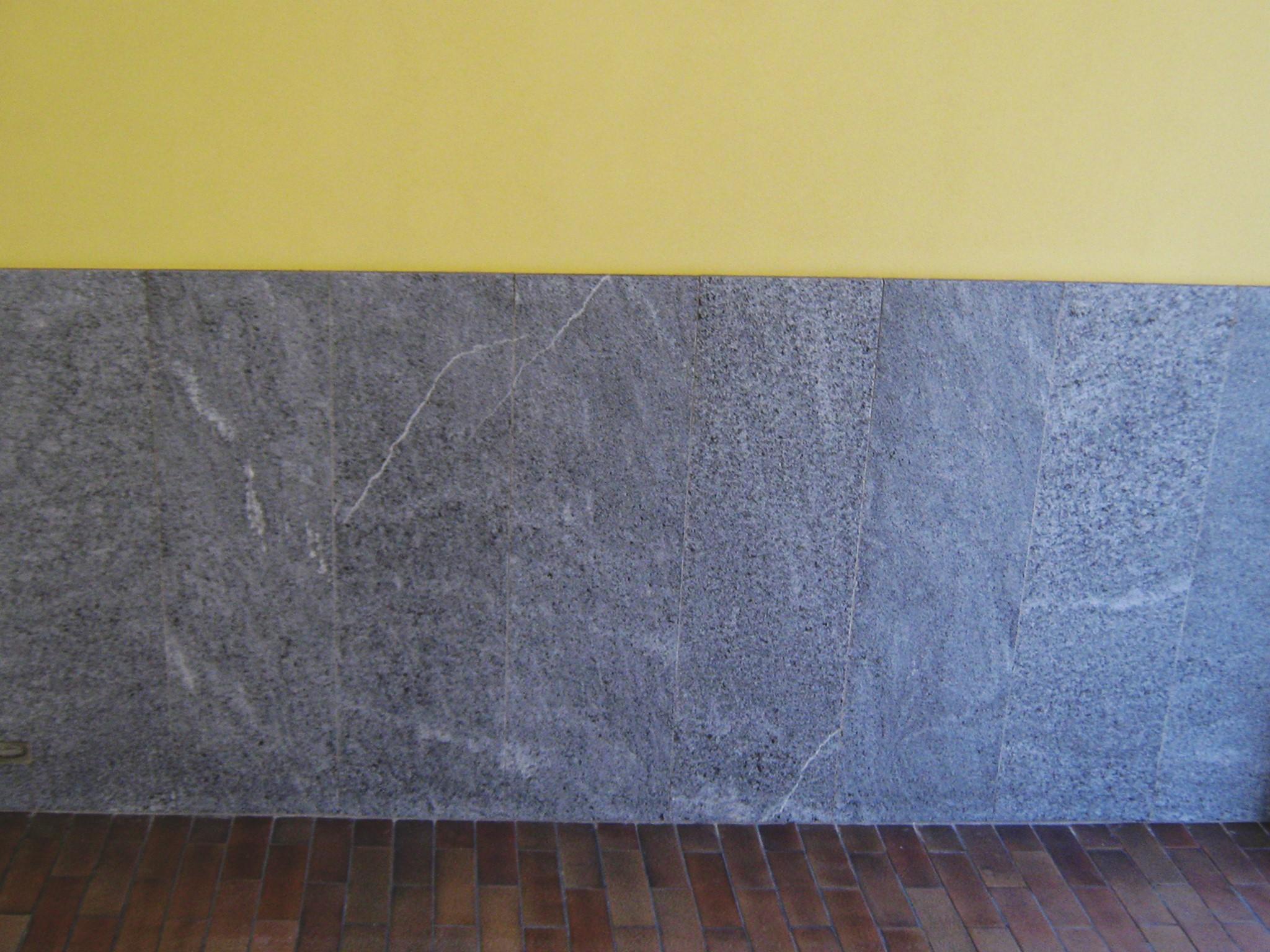 18. Particolare basamento atrio di ingresso condominiale in lastre di marmo Beola grigio scuro: lavori ultimati.
