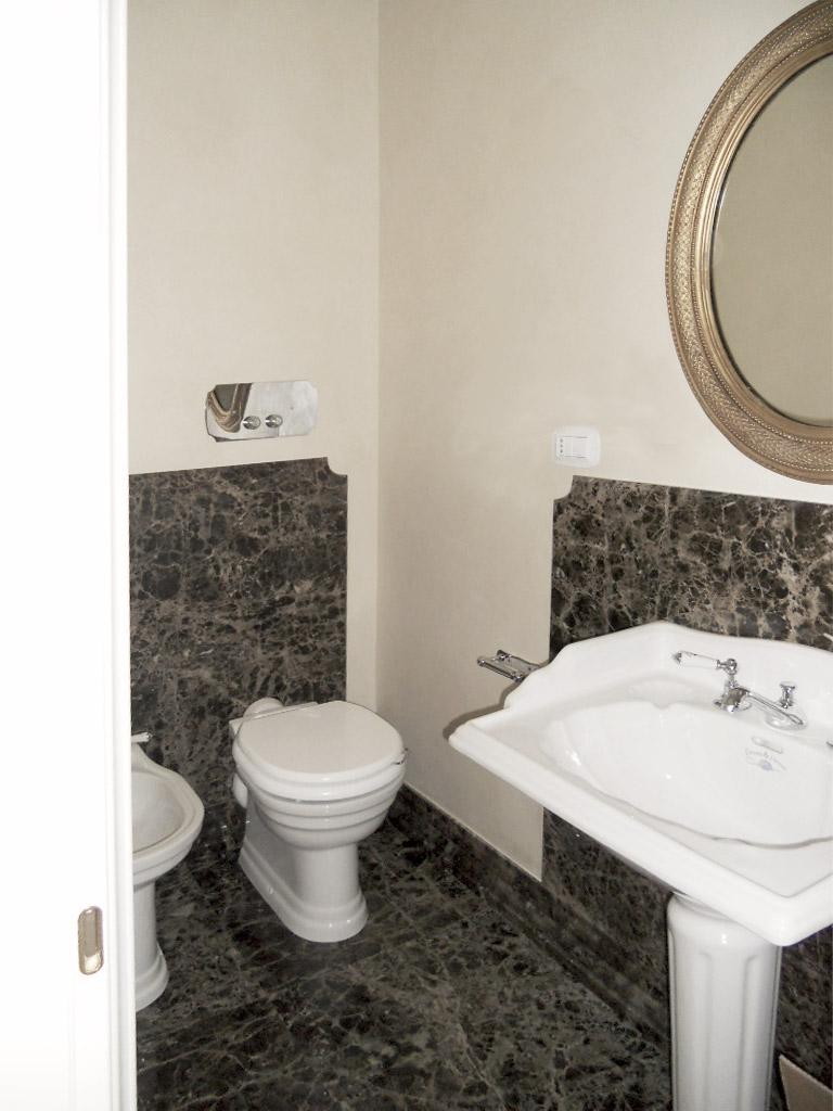 19. Sala da bagno con pavimento e rivestimento in marmo Emperador, sanitari e rubinetteria Devon&Devon: lavori ultimati.
