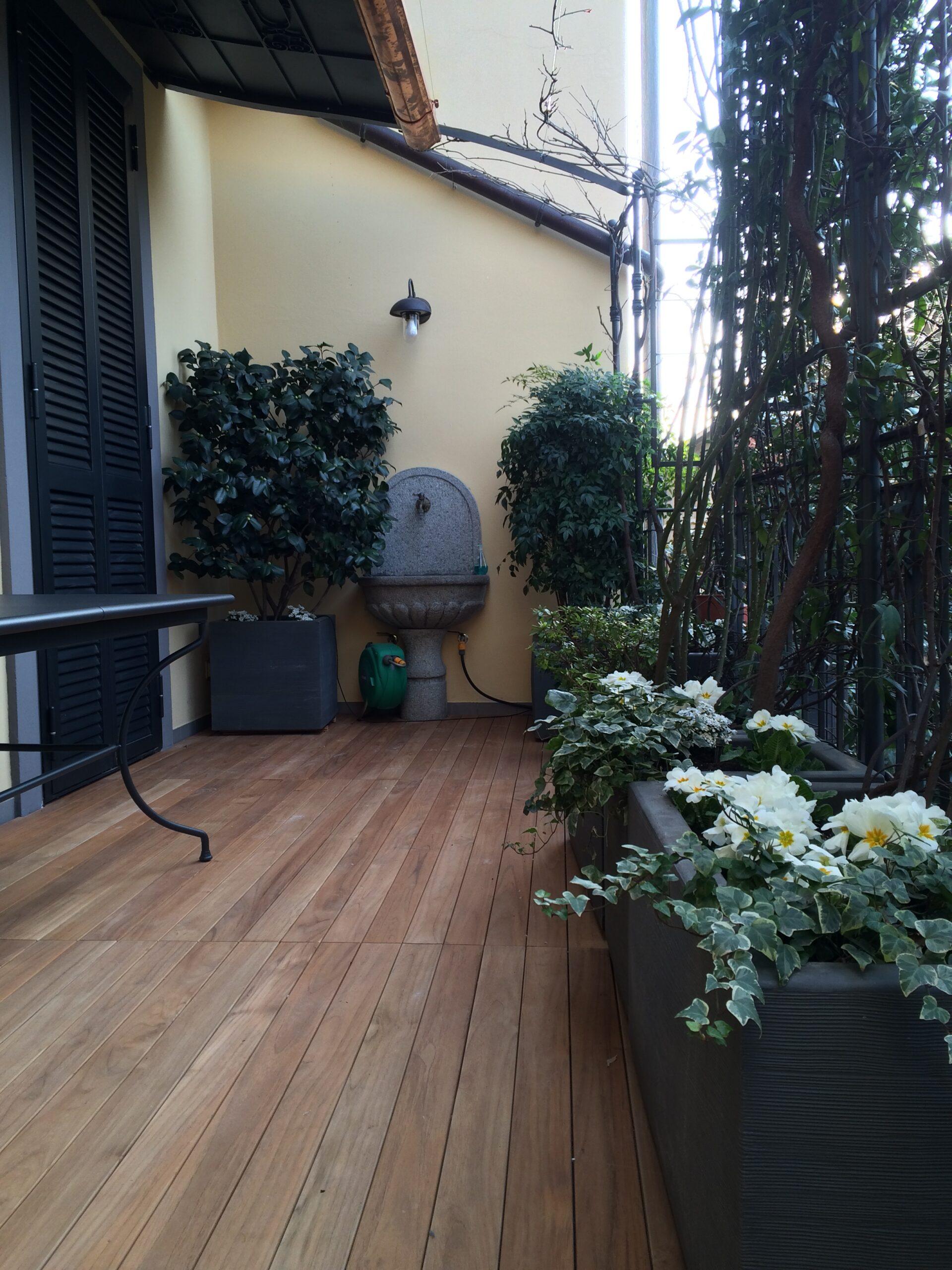 19. Terrazza/balcone con pavimento in parquet di doghe in legno: lavori ultimati.