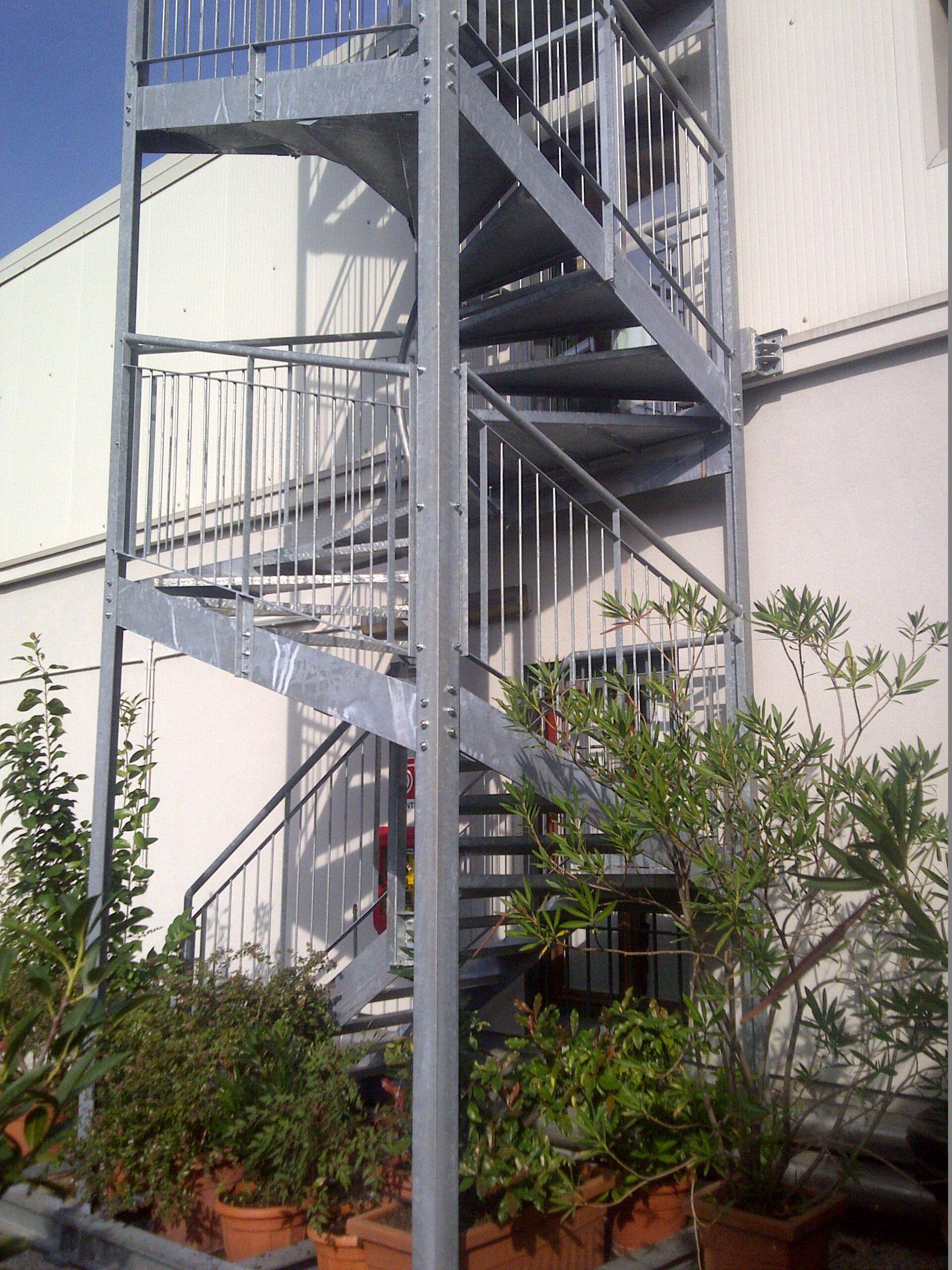 2. Particolare di scala di sicurezza esterna antincendio in profili di acciaio zincato a caldo e collegati tramite bullonature: lavori ultimati.