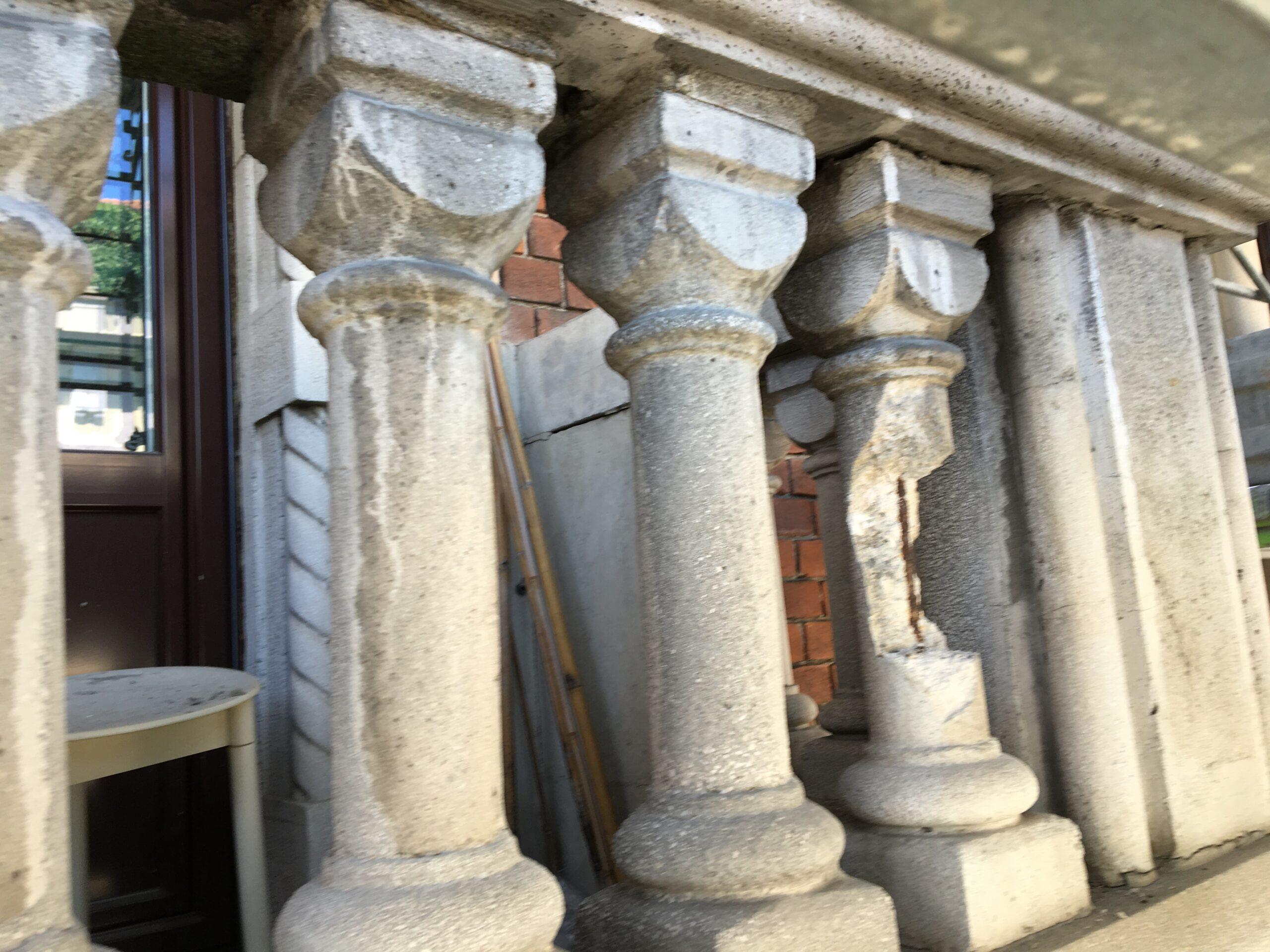 2. Balaustra colonnata in calcestruzzo armato degradata per distacco, corrosione armatura e alterazione cromatica: stato di fatto.