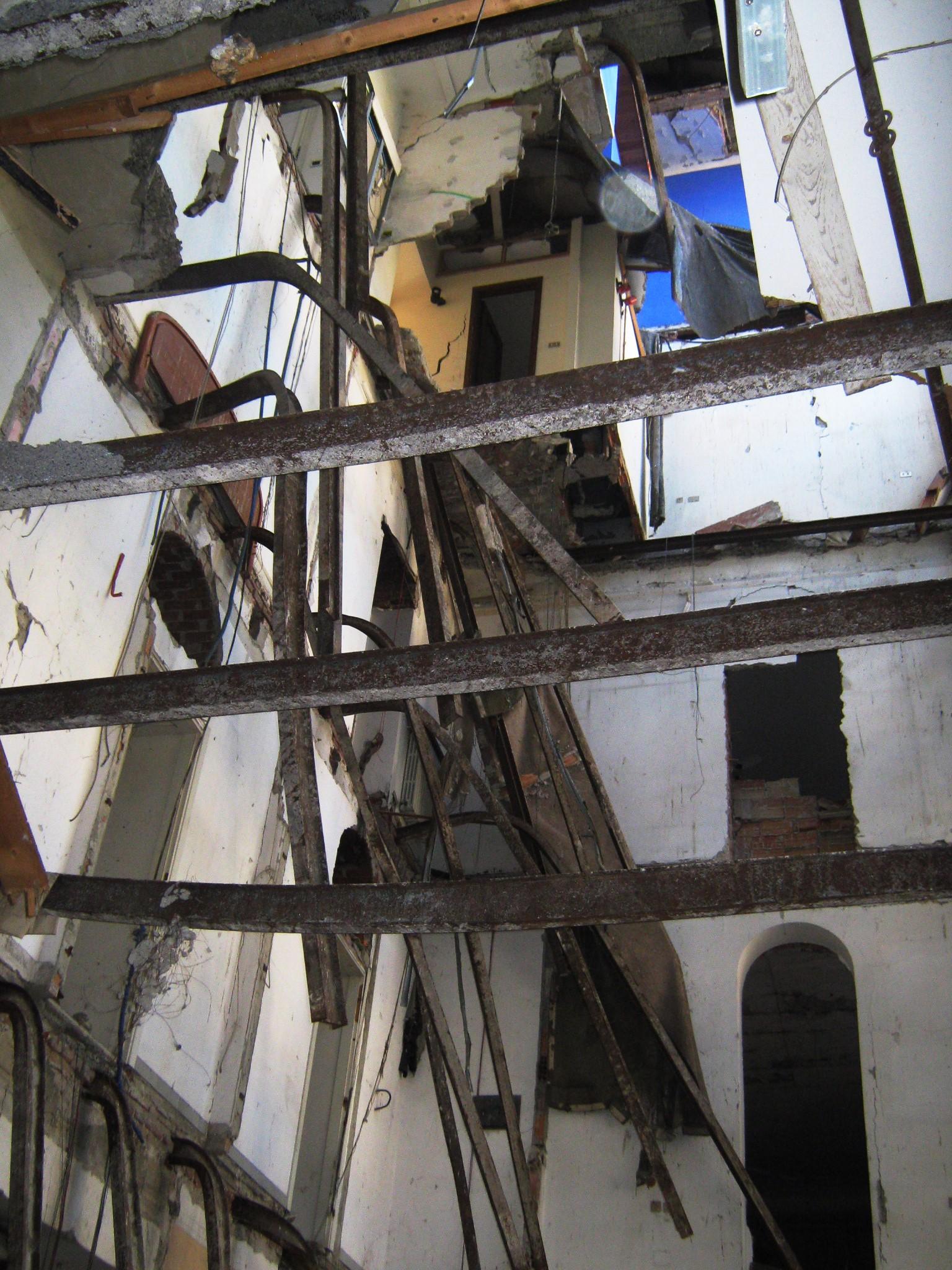 2. Vista verso il sottotetto del condominio crollato: stato di fatto.