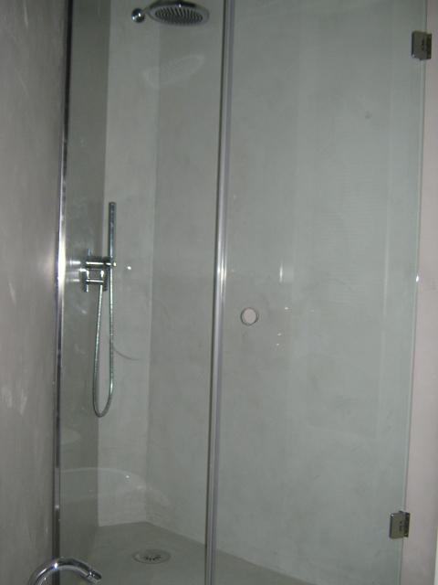 2. Particolare vano doccia realizzato con rubinetteria Devon&Devon e rivestimento in resina Keracoll, box doccia artigianale su misura installato su parete non perpendicolare: lavori ultimati.