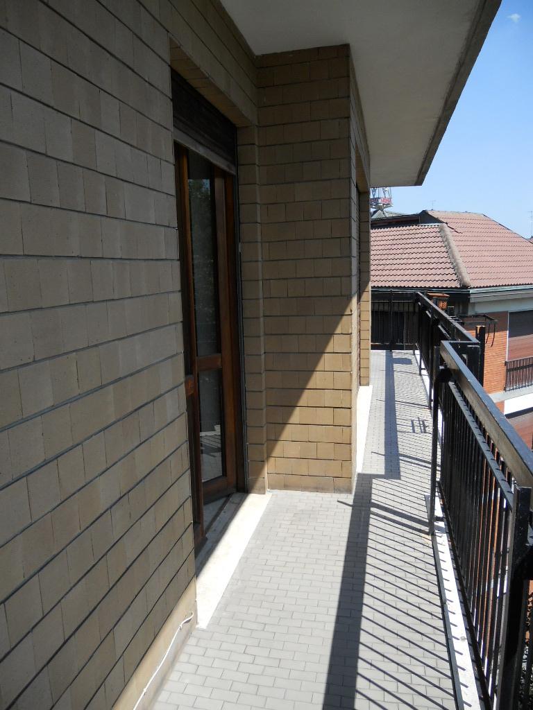 2. Pavimentazione terrazzo e soglie in travertino chiaro stuccate a resina: stato di fatto.