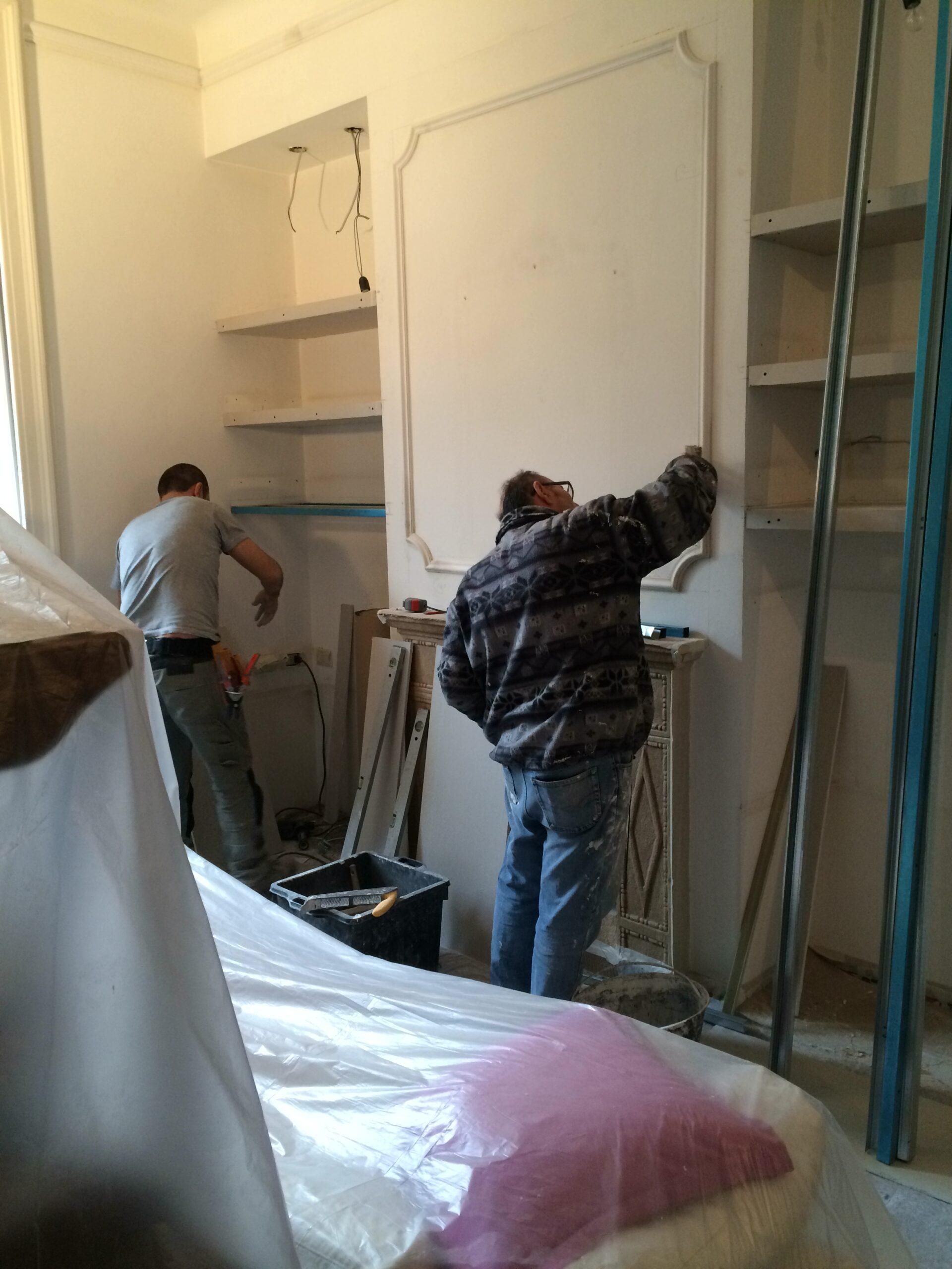2. Opere di finitura in gesso per pareti: lavori in corso.
