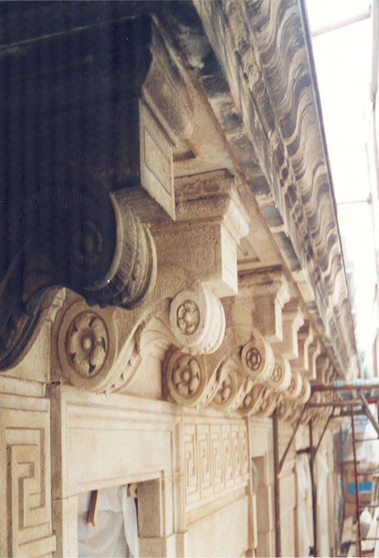 2. Dettaglio cornice prospetto e raffronto tra elementi restaurati e non restaurati: lavori in corso.