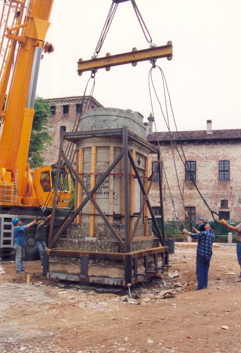 2. Riposizionamento monumento commemorativo tramite autogru: lavori in corso.