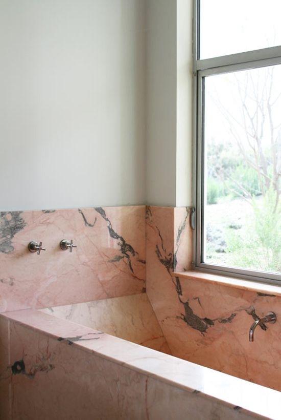 2. Finitura vasca da bagno e rivestimenti in lastre di marmo rosa: lavori ultimati.