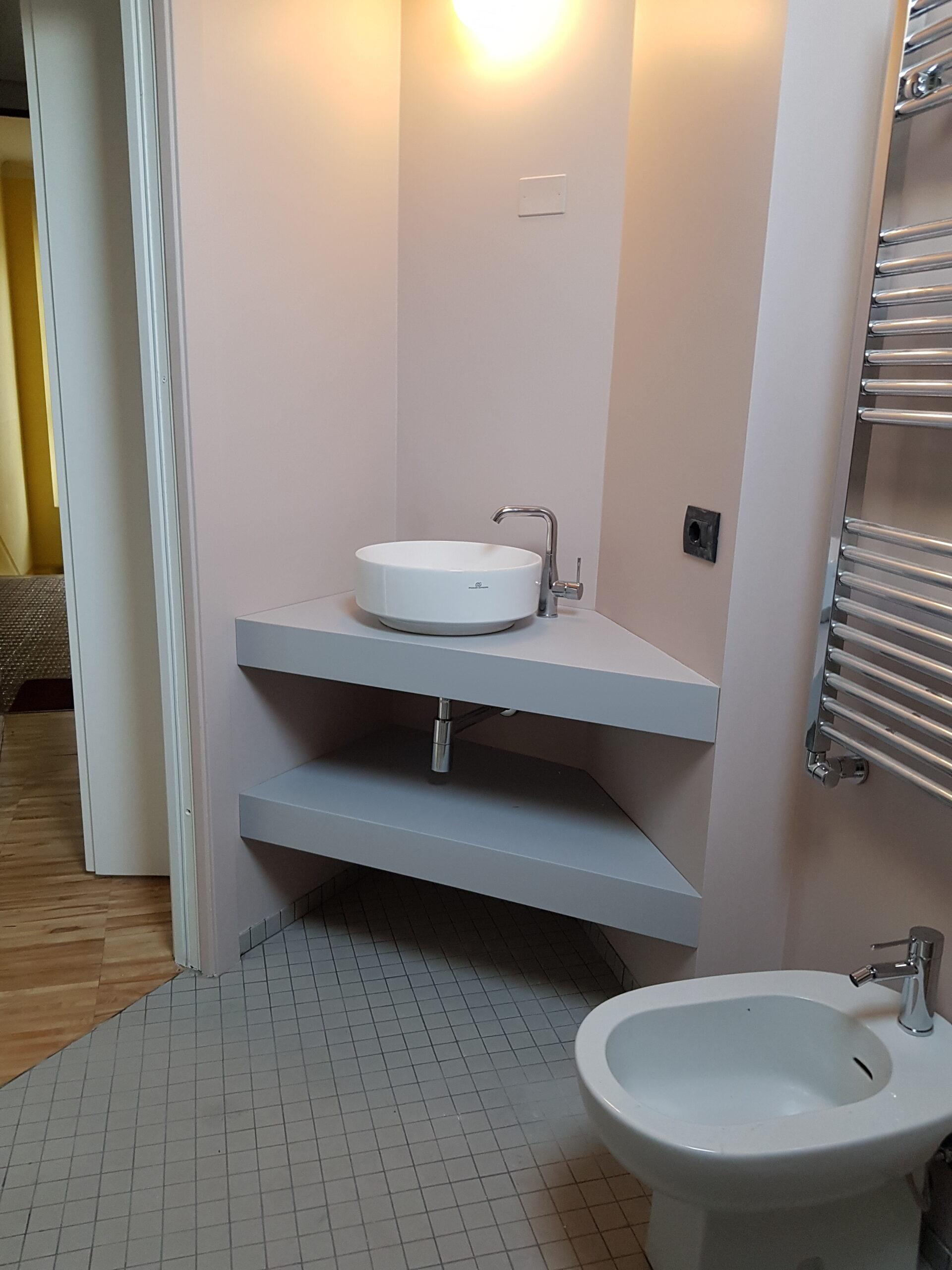 2. Particolare lavabo angolare, bagno con pavimento piastrelle ceramiche a quadri, scaldasalviette in asse con il sanitario, bidet a filo parete: lavori in corso.
