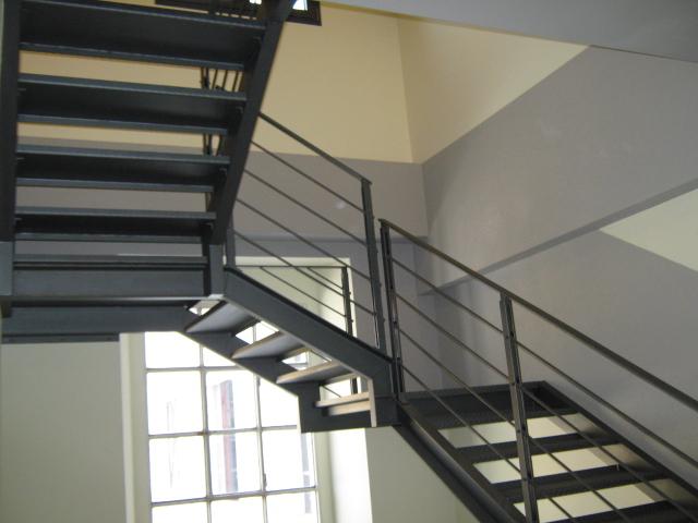 20. Scala in acciaio di collegamento tra piano 3° e nuovo piano sopralzo: lavori ultimati.