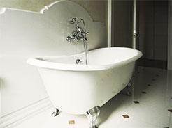 20. Particolare di vasca Devon&Devon con rivestimento murale in lastra unica in marmo Sivec e rubinetteria  di ispirazione classica Devon&Devon: lavori ultimati.